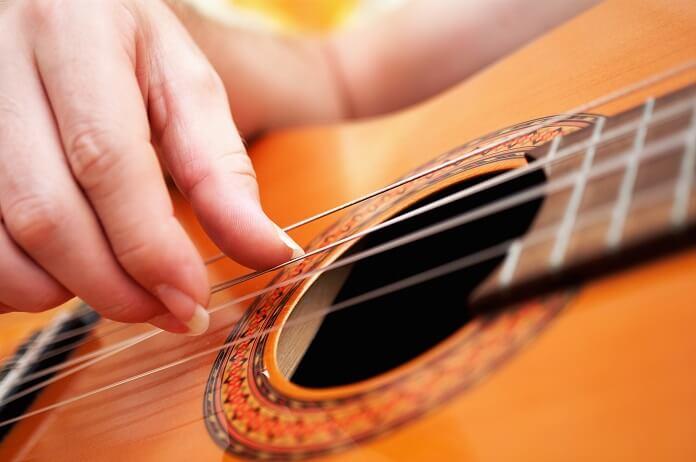 نواختن گیتار با ناخن