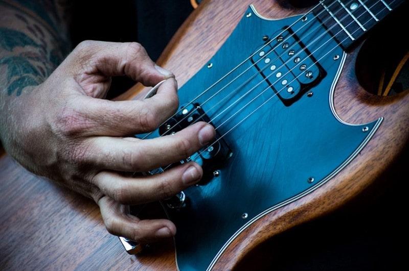گیتار با پیک