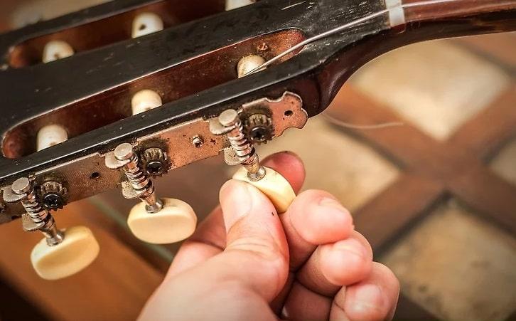 سفت کردن سیم گیتار